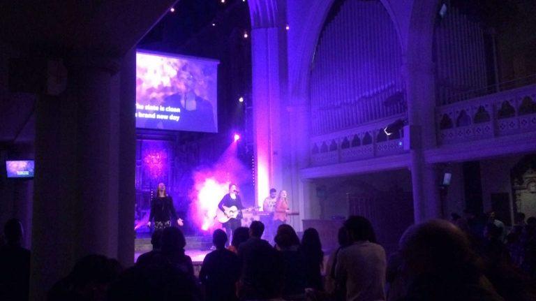 Gottesdienstbesuch in London: Am 7.2.2016 haben wir den Gottesdienst der HTB Church besucht. Selten habe ich mich Gott so nah gefühlt, wie an diesem Abend. Nach all den Ängsten und Unsicherheiten der letzten Wochen war das genau das, was ich jetzt brauchte: Den Frieden Gottes.